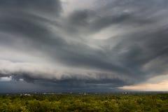 de Regenwolken van de donder strom hemel en sombere hemel in zwart-wit Stock Afbeeldingen