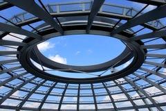 De Reichstagbouw in Berlijn, Duitsland 23 Juli 2016 - Mening van Reichstag-glaskoepel, bovenop herbouwd wordt geconstrueerd die Royalty-vrije Stock Afbeelding
