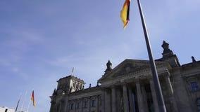 De Reichstagbouw en Duitse Vlag, Berlijn, Duitsland, Schuine stand omhoog stock videobeelden