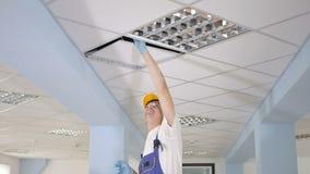 De reinigingsmachine beweegt het paneel op het plafond stock videobeelden