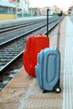 De reis doet tribunes op platform dichtbij spoorwegsporen in zakken Royalty-vrije Stock Afbeeldingen