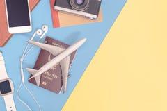 De reis heeft toebehoren op blauwe gele achtergrond met paspoortcamera en vliegtuig bezwaar royalty-vrije stock foto's