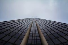 De Reis Montparnasse van de Montparnassetoren van onderaan tijdens een bewolkte middag wordt genomen die Royalty-vrije Stock Foto