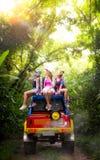 De reis van Aziatische dame met 4WD auto slaat weg af Royalty-vrije Stock Foto's