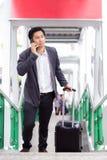 De reis van de bedrijfs zakenmanreiziger reis en sprekende telefoon royalty-vrije stock afbeeldingen