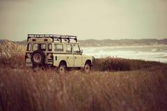 De reis van de de zomervakantie in retro auto naast overzees royalty-vrije stock foto's