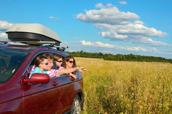 De reis van de familieauto op vakantie, de ouders en de jonge geitjes hebben pret, verzekeringsconcept Stock Afbeelding