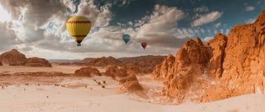 De reis van de hete Luchtballon over woestijn stock afbeeldingen