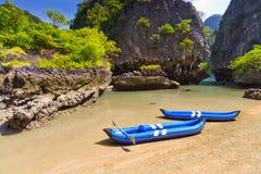 De reis van de kajak aan het eiland op de Baai van Phang Nga Stock Afbeeldingen