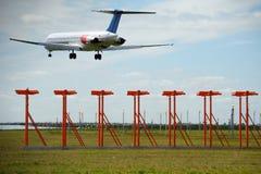De reis van de lucht - het Vliegtuig landt in luchthaven stock foto