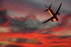 De reis van de lucht - vliegtuig en zonsondergang royalty-vrije stock afbeeldingen