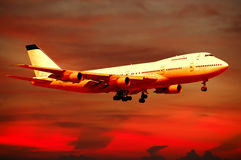 De reis van de lucht - vliegtuig en zonsondergang stock foto's