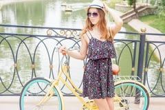 De reis van de maniervrouw in Europa door stads uitstekende fiets Royalty-vrije Stock Foto