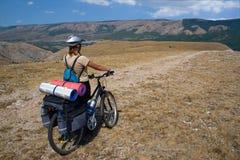 De reis van de vrouw met fiets. Royalty-vrije Stock Afbeeldingen