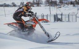 De reis van de Enduro snowbike sneeuwscooter met vuilfiets hoog in de bergen stock afbeeldingen
