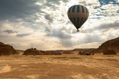 De reis van de hete Luchtballon over woestijn stock foto's