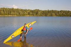 De reis van mensen door kano Stock Foto
