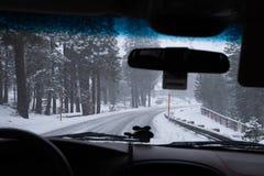 De reis van de wintertijdweg aan Mammoetmeren Hwy 395, Californië stock afbeeldingen