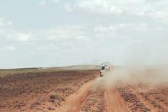 De Reis van de woestijnauto stock afbeelding