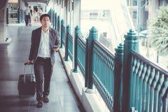 De reis van de zakenmanreiziger en sprekende telefoon royalty-vrije stock foto's