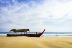 De reisboot op het zandige strand, mooie hemelachtergrond Royalty-vrije Stock Foto's