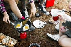 De Reisconcept van ontbijtbean egg bread coffee camping stock fotografie
