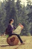 De reiskaart van de vrouwenlezing Stock Fotografie