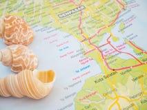 De de Reiskaarten van Bali met Zeeschelpen en met Populaire Bestemming is het Strand van Nusa Dua stock afbeeldingen