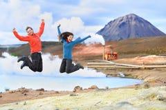 De reismensen van IJsland het springen van vreugde in aard Stock Afbeelding