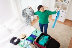 De reiszak van de vrouwenverpakking thuis of hotelruimte Stock Foto