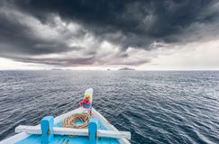 De reizende boot gaat naar eiland terwijl het regenen strom dichtbij komt royalty-vrije stock afbeelding