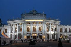 De reizende historische bouw, wien nacht royalty-vrije stock afbeeldingen