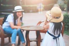 De reizende meisjes fotograferen gelukkige moeders stock fotografie