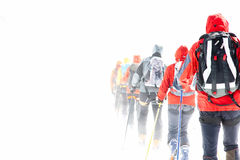 De reizende skiërs van de groep stock foto