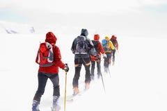 De reizende skiërs van de groep Stock Afbeelding