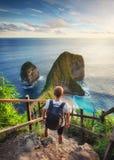 De reiziger bekijkt de oceaan en de rotsen Reis en actief het levensconcept Avontuur en reis op Bali, Indonesië royalty-vrije stock fotografie
