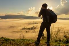 De reiziger die schietend antenne van het foto de mistige landschap wedijvert bevinden zich stock foto