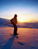 De reiziger die van de vrouw in de winterbergen wandelen Stock Foto's