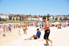 De reiziger en de Australische mensen komen aan Bondi-Strand in Sydney Stock Foto's