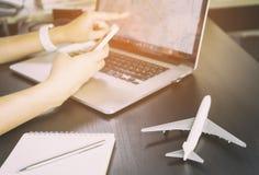 De reiziger gebruikt de kaart van Internet GPS op Laptop Royalty-vrije Stock Fotografie