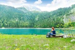 De reiziger rust bij het meer Stock Fotografie