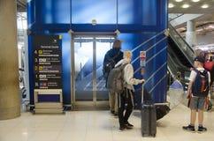 De reiziger van de familievreemdeling het wachten gebruikslift boven en beneden vloer bij Royalty-vrije Stock Afbeeldingen