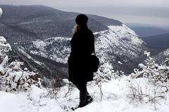 De reizigers bekijken het mooie toneellandschap van sneeuwbergen in de winter stock fotografie