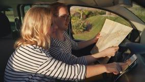 De reizigers bestuderen kaarten en bespreken de route stock video