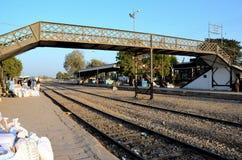 De reizigers en de handelaren wachten met goederen bij stationplatform Mirpurkhas Sindh Pakistan stock afbeeldingen