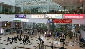 De reizigers lopen in passagiersterminal bij Yangon-luchthaven Stock Foto