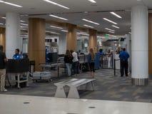 De reizigers wachten in lijn bij een eind de veiligheidscontrolepost van TSA bij San Francisco International Airport royalty-vrije stock foto's