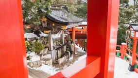 De reizigers wassen hun handen alvorens het heiligdom in te gaan Het is de traditie van Japan om het vuil schoon te maken alvoren royalty-vrije stock foto