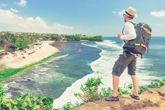 De reizigersfotograaf met rugzak onderzoekt tropisch eiland Bali, Indonesië royalty-vrije stock fotografie