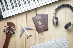 De reizigersvoorwerpen van de muziekproductie op houten bureau Stock Afbeeldingen